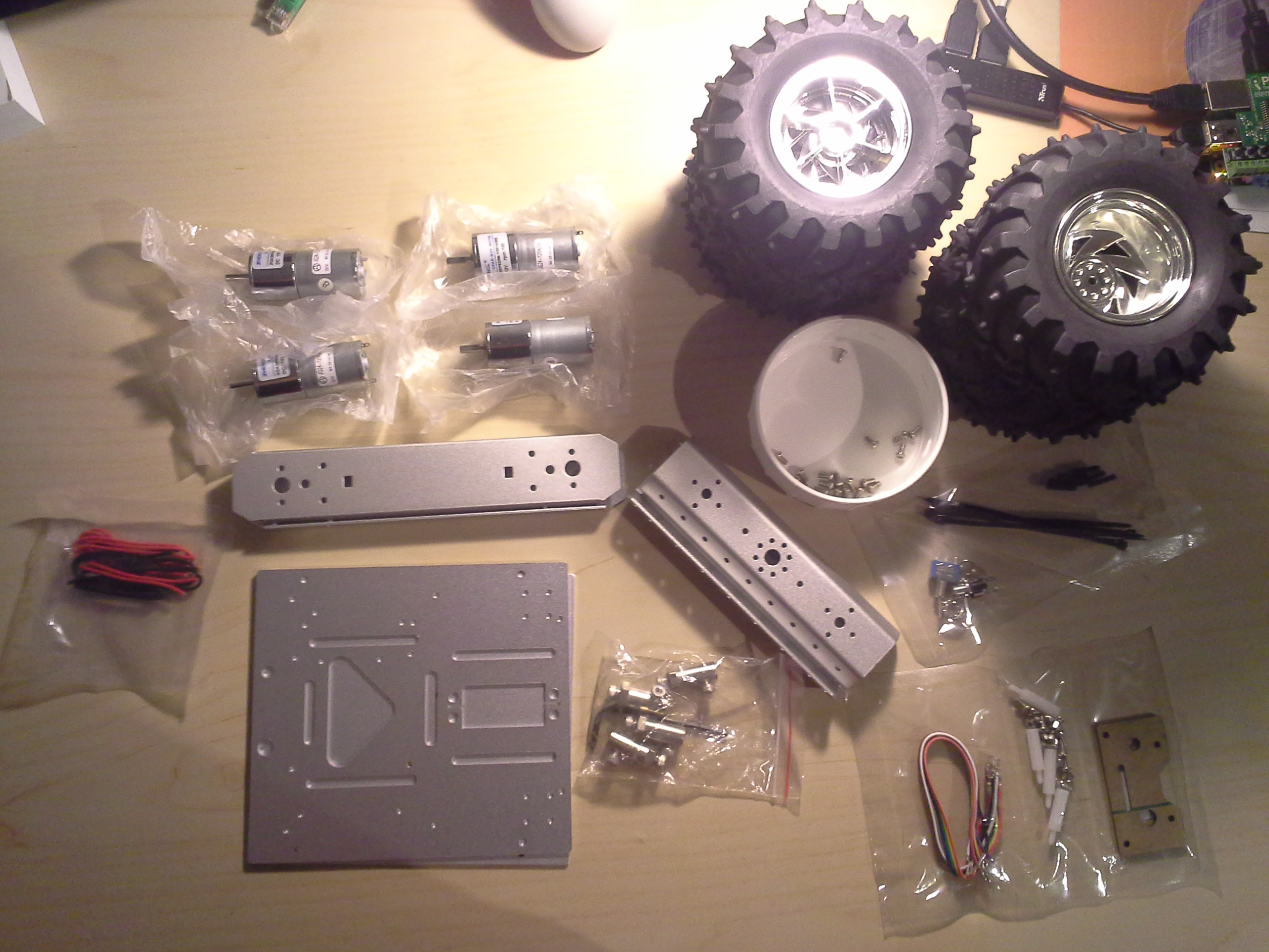 Bild 01: Packungsinhalt des 4WD Aluminium Mobile Robot Platform