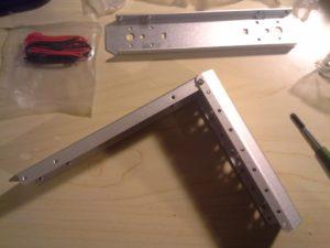 Bild 02: Ecken des 4WD Aluminium Mobile Robot Platform verschrauben