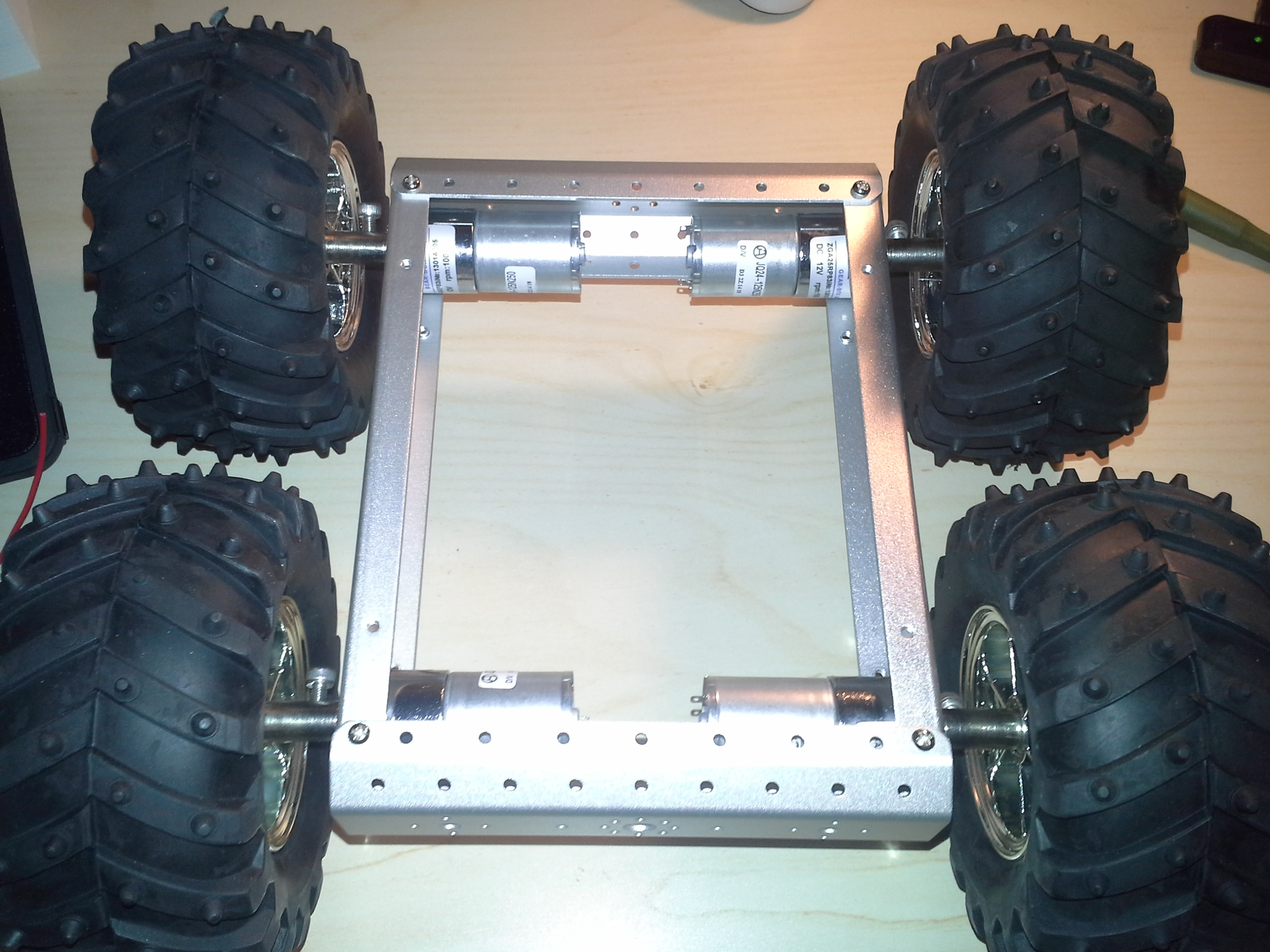 4WD Aluminium Mobile Robot Platform Bild 16: Fertig montierte Reifen