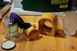 Bild 9: Ölen 🙂 … Das Olivenglas dient dem Schutz vor Selbstenzündung des Lappens