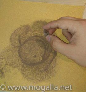 Bild: Seiten des Ringes mit kreisenden Bewegungen auf gewünschte Breite geschliffen