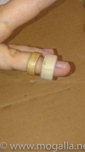 Bild: Links der fertige Ring. Rechts der noch ungeschliffene Rohling