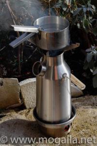 Bild: Kelly Kettle Trekker mit kochendem Wasser