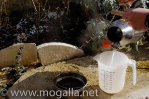 Bild: Kelly Kettle Trekker Wasser ausschütten